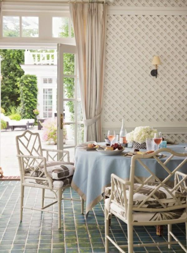 dining-room-decoration-in-the-summer-eclectic-design-hellblaue-tablecloth